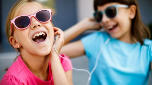 A two kids listing music